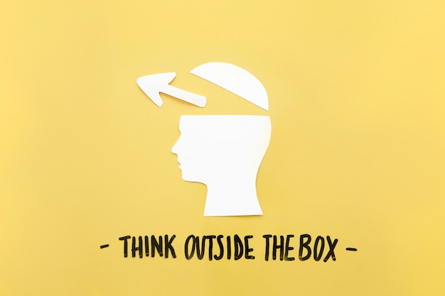Open menselijke hersenen met pijlsymbool dichtbij denk buiten het doosbericht