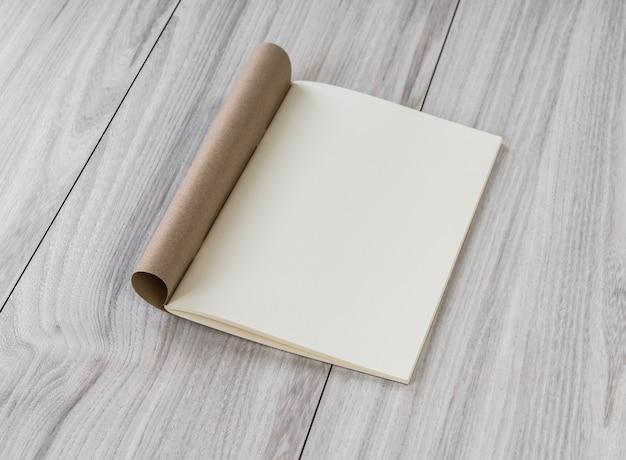 Open notebook met blanco pagina's