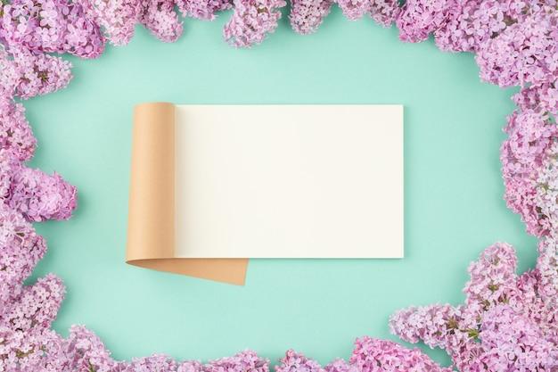 Open notitieblok met lila bloemen