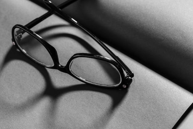 Open notitieblok met zwart omrande bril