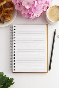 Open notitieboek met kopie ruimte.