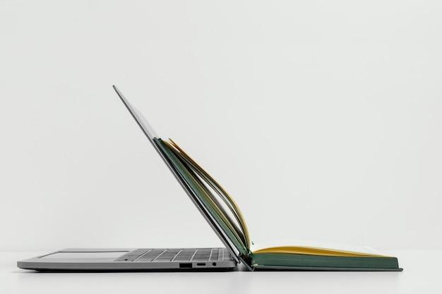 Open notitieboekje en laptoparrangement