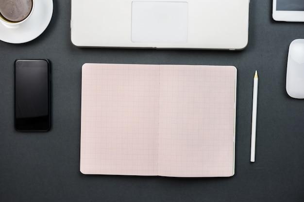 Open notitieboekje en mobiel