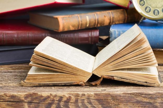 Open oud boek close-up op houten boekenplank
