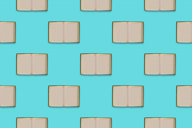 Open oude boeken naadloze patroon op een blauwe achtergrond