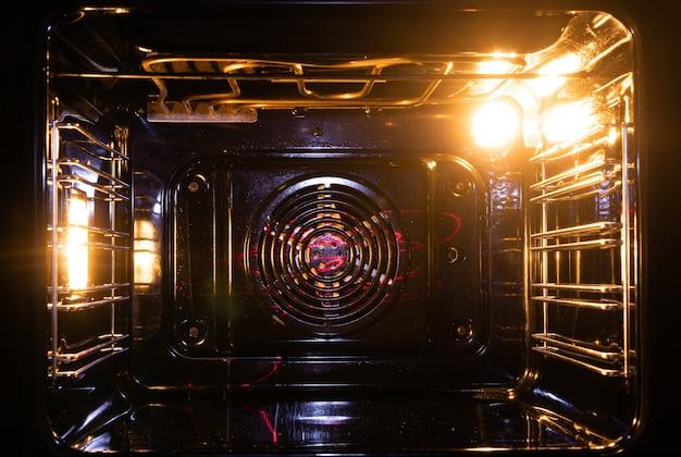 Open oven bij een oud elektrisch fornuis