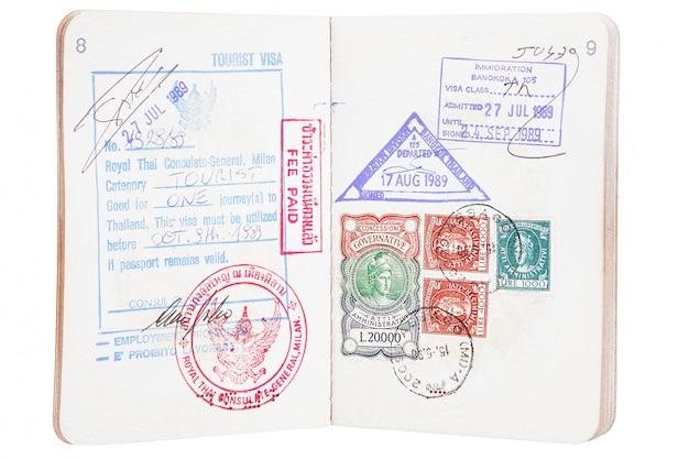 Open paspoort met postzegels