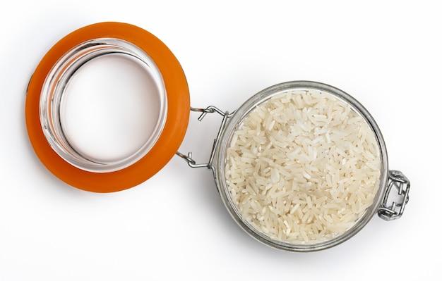 Open pot met rauwe en droge witte rijst