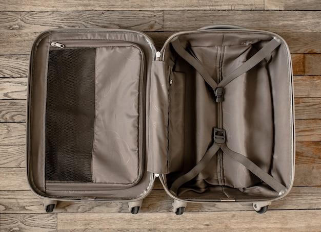 Open reiskoffer geïsoleerd op oude houten ondergrond
