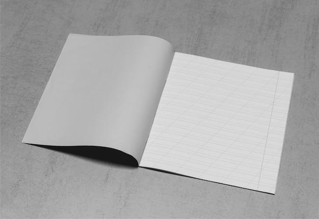 Open schoolnotitieboekje in een smalle lijn met een schuine streep voor het leren van spelling, bespotten met kopie ruimte op een grijze achtergrond, zwart-wit foto