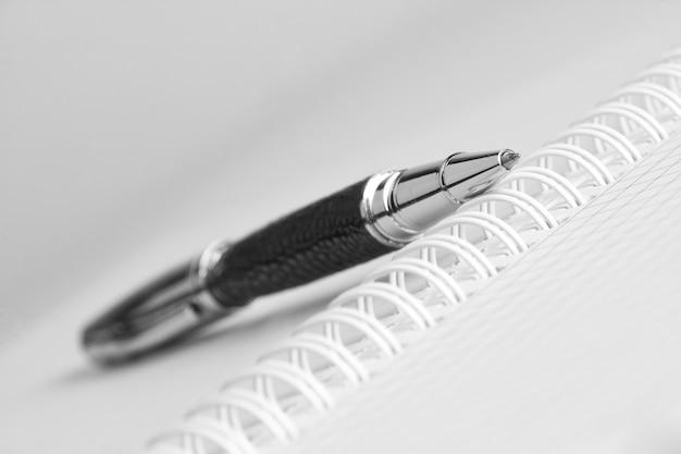 Open schrijfboek met pen