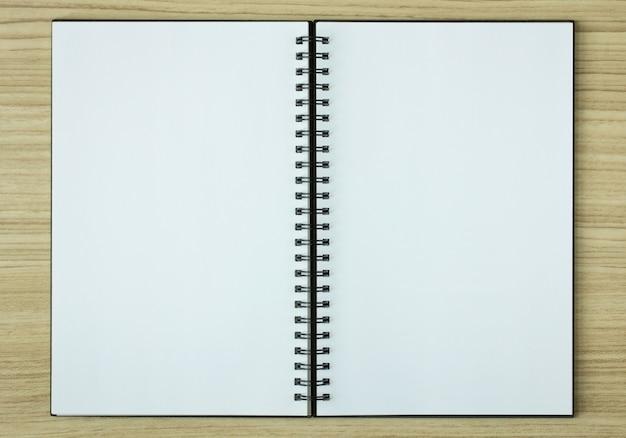 Open spiraal notitieboekje op houten achtergrond