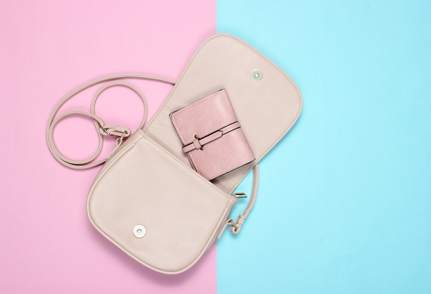 Open stijlvolle leren tas met een tasje op pastel. bovenaanzicht