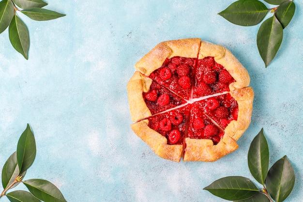 Open taart, frambozen galette. zomer bessen dessert.