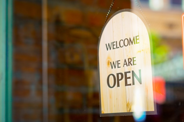 Open teken bij restaurant en winkel