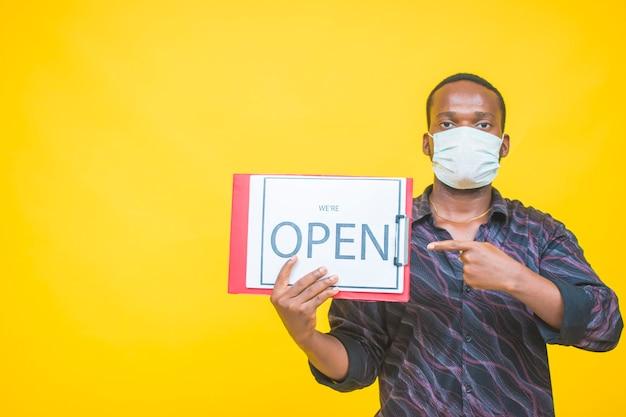 Open teken in een kleine bedrijfswinkel