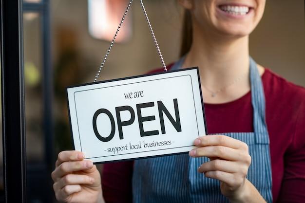 Open teken in een winkel voor kleine bedrijven