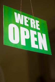 Open teken op het glas van de deur in de winkel
