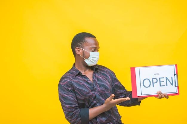 Open uithangbord voor een kleine zakelijke winkel