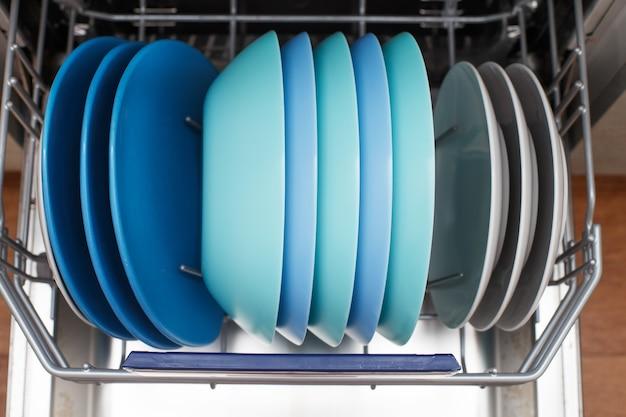 Open vaatwasser met een schone vaat in de keuken