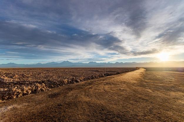 Open veld in de atacama-woestijn bij zonsopgang.