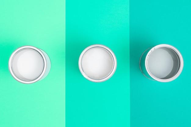 Open verfemailblikken op kleurenpaletmonsters