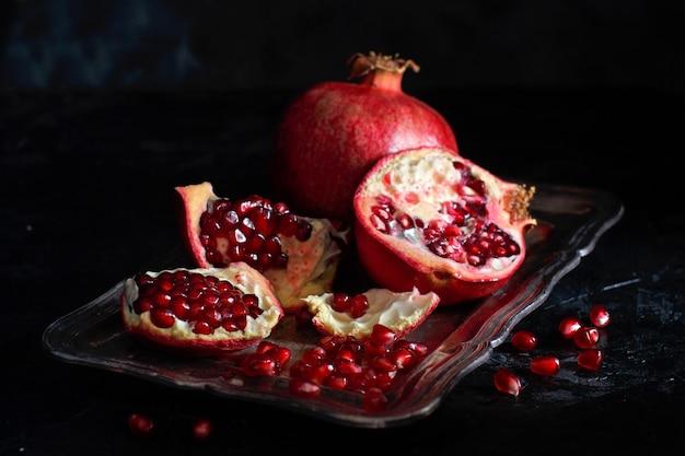 Open verse rijpe granaatappels op houten tafel