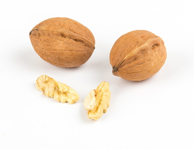 Open walnoten close-up op witte achtergrond