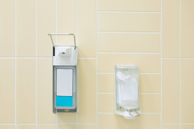 Openbaar handdesinfecterend middel op de muur in het ziekenhuis.