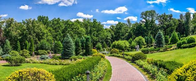 Openbaar park in de buurt van het honka-huis in de mezhyhirya residence, kiev, oekraïne, op een zonnige zomerdag