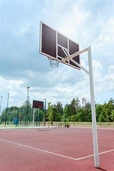 Openbare basketbalveld buiten. verticale weergave. lage kijkhoek