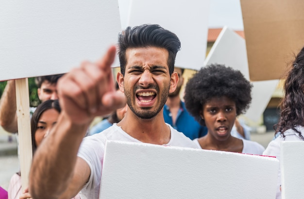 Openbare demonstratie op straat tegen sociale problemen en mensenrechten. groep multi-etnische mensen die openbaar protesteren