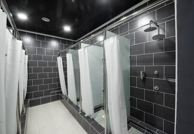 Openbare doucheruimte met gordijnen in de cabines
