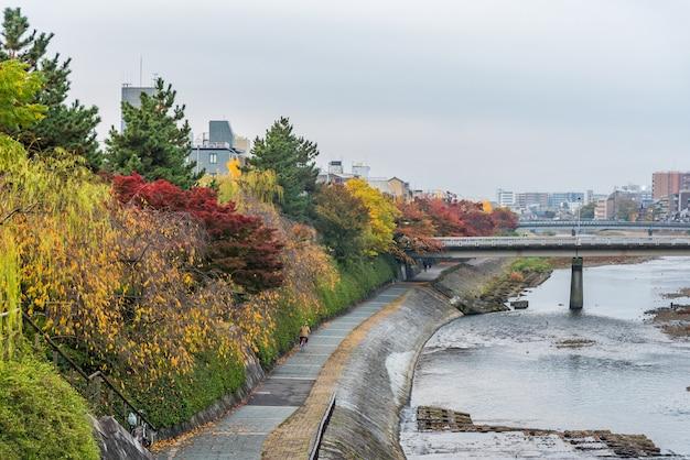 Openbare gang naast rivier voor het ontspannen wanneer de herfst op gion-gebied, de stad van kyoto, japan komt.