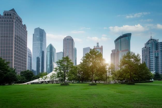 Openbare groene ruimte en moderne architectuur in het financiële district shanghai lujiazui