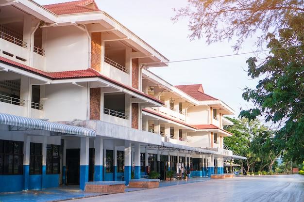 Openbare middelbare school bouwen. mening van secundaire of lage schoolarchitectuur met groen gazon