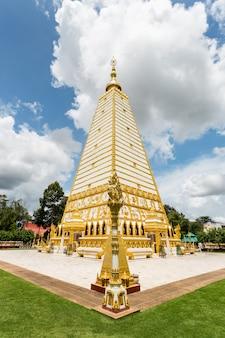 Openbare tempel wat phrathat nong bua op de blauwe hemel die in de provincie van ubon ratchathani, thailand wordt gevestigd