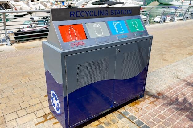 Openbare vuilnisbak voor buiten met compartimenten voor algemeen en recyclingafval