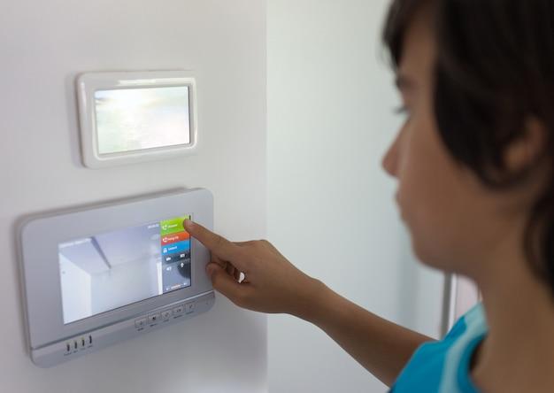 Openende toegangsdeur bij huis met videotoegang