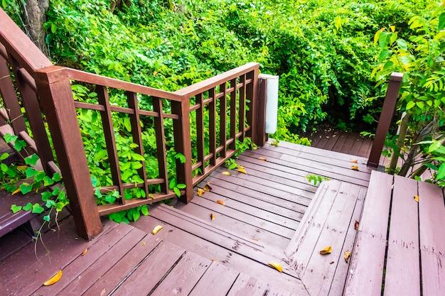 Openlucht houten trede in het bos