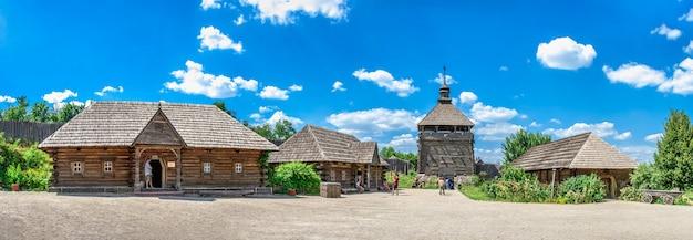 Openluchtmuseum interieur van de national reserve khortytsia in zaporozhye, oekraïne, op een zonnige zomerdag