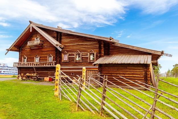 Openluchtmuseum kizhi pogost. monumenten van houten architectuur. kizhi-eiland, karelië, rusland.