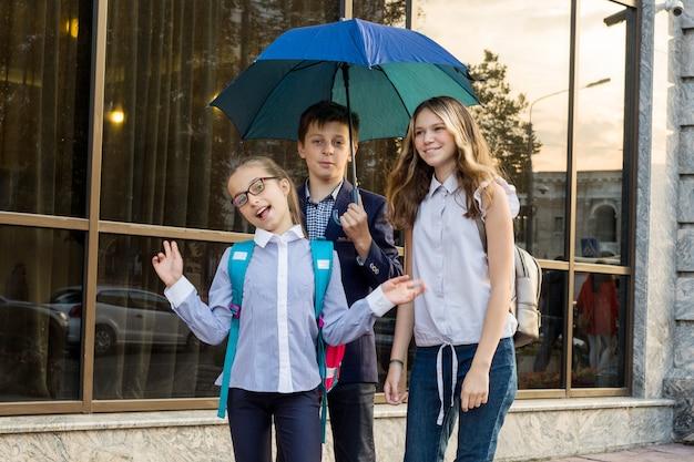 Openluchtportret van een groep tienerschoolkinderen