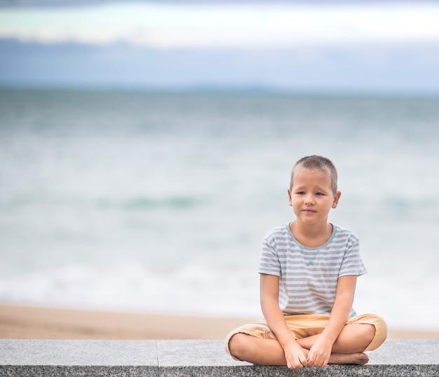 Openluchtportret van een kleine leuke jongen