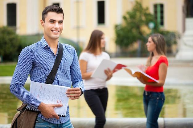 Openluchtportret van een student voor zijn school