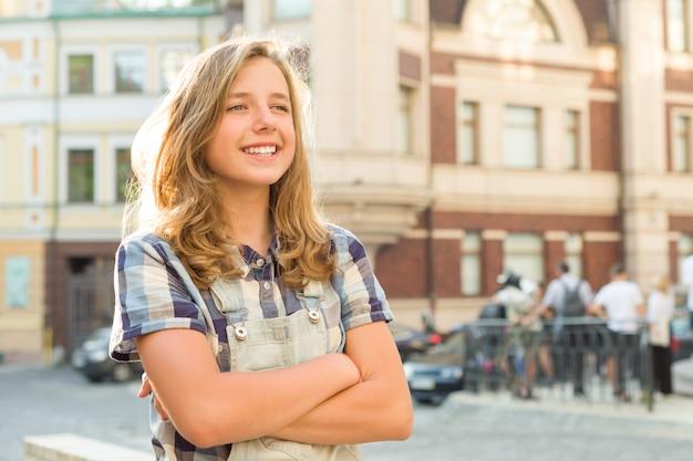 Openluchtportret van glimlachend tienermeisje
