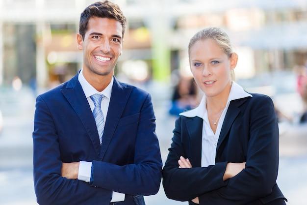 Openluchtportret van glimlachende bedrijfsmensen