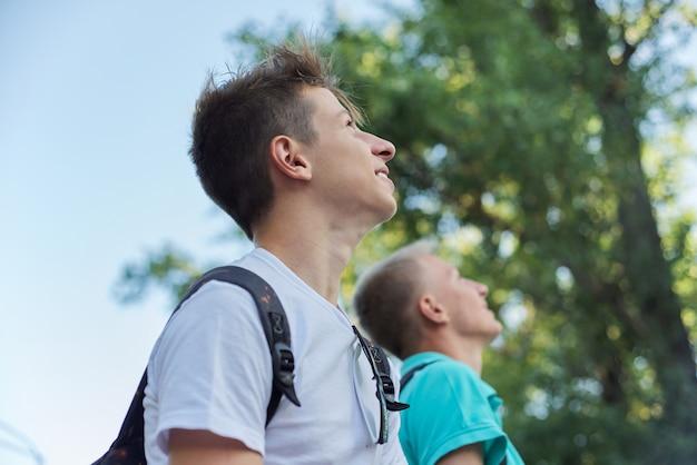 Openluchtportret van glimlachende knappe jonge mannetjes