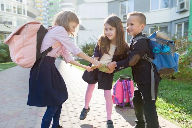 Openluchtportret van glimlachende schoolkinderen op de basisschool.