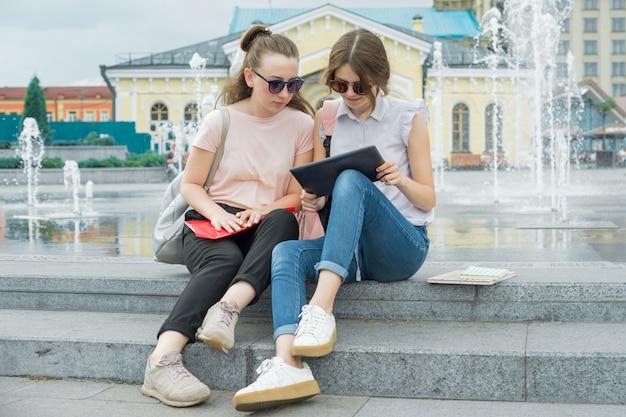Openluchtportret van jonge meisjesstudent